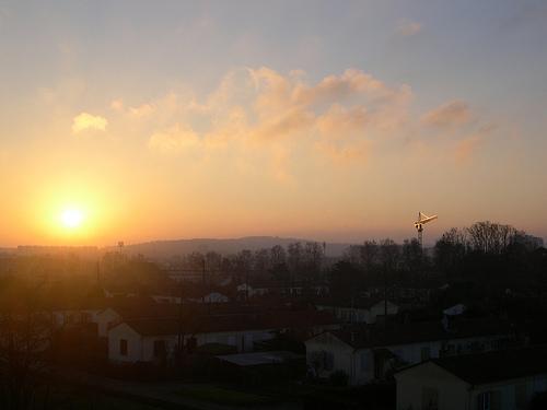 Lever de soleil sur la ville et la grue