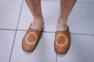 Les sandales aux pieds