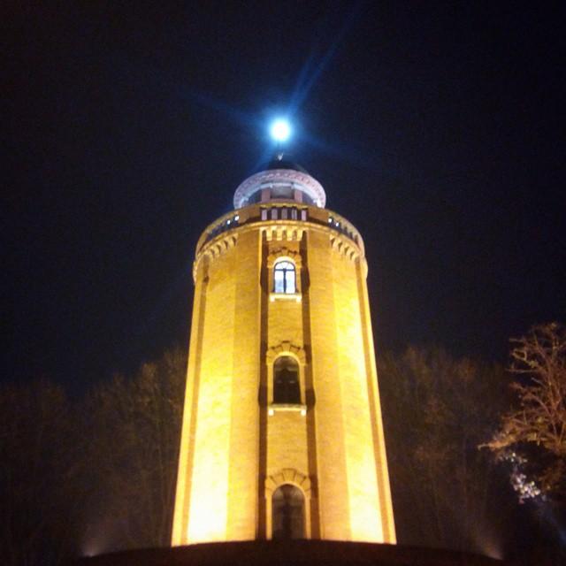 La lune au dessus du château d'eau